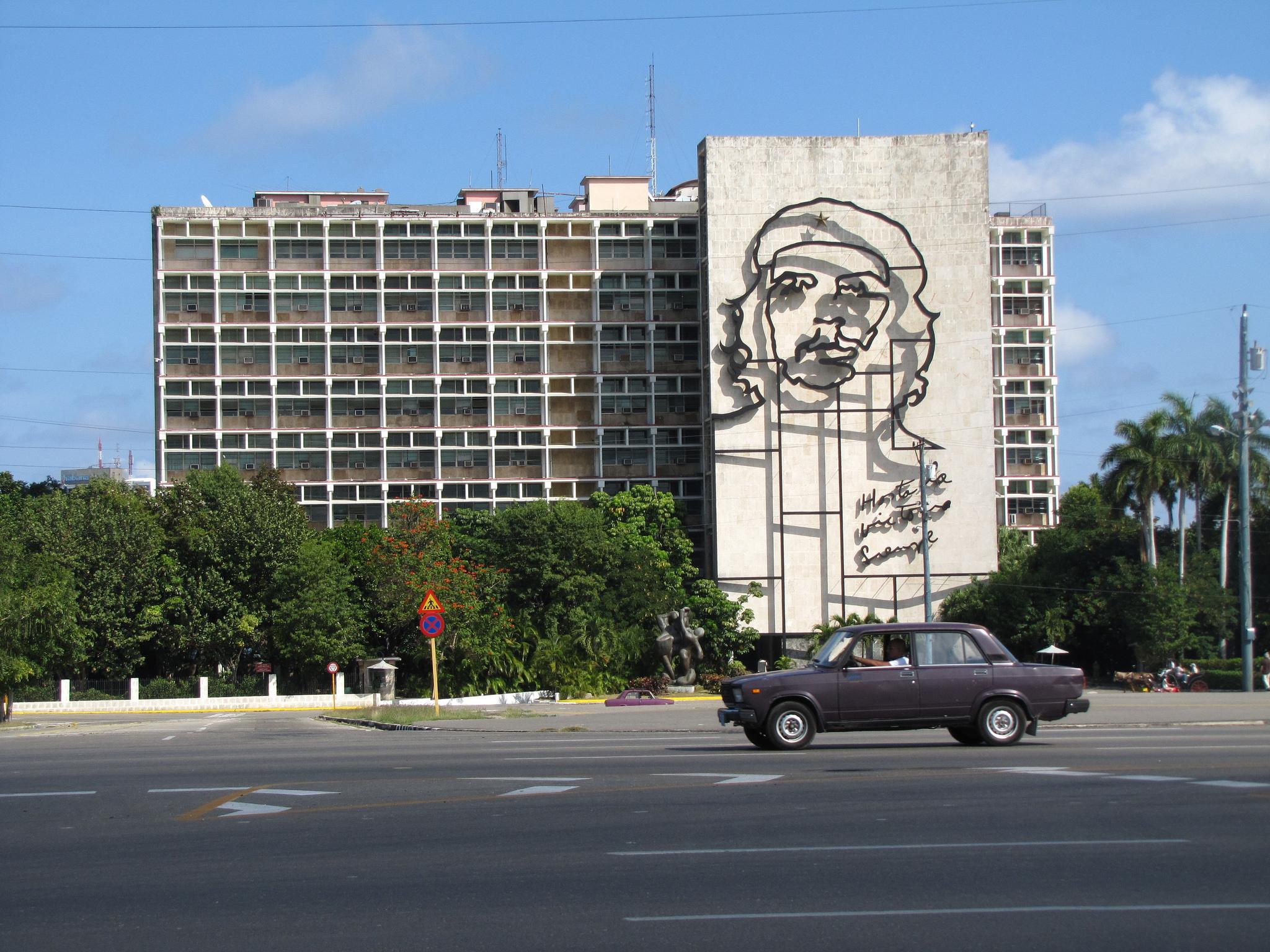 Гавана, здание напротив мемориала Хосе Марти