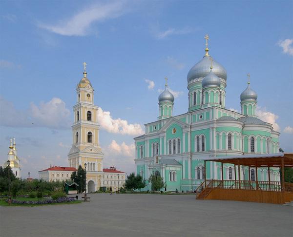 Вид на колокольню и Троицкий собор в Дивеево.jpg