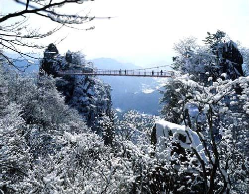 Зимний вид на мост в горах Токюсан в Южной Корее
