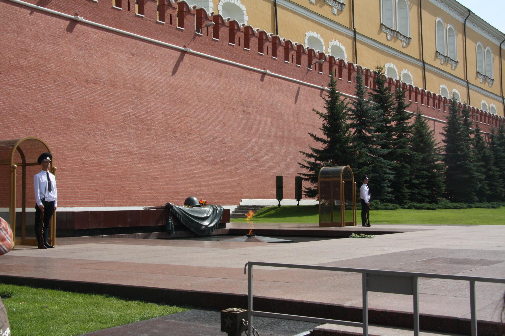 Почетный караул у Вечного огня в Александровском саду, Москва