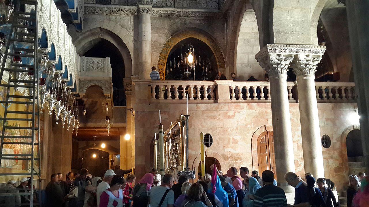 Храм Гроба Господня, вид на Голгофу и камень Миропомазания
