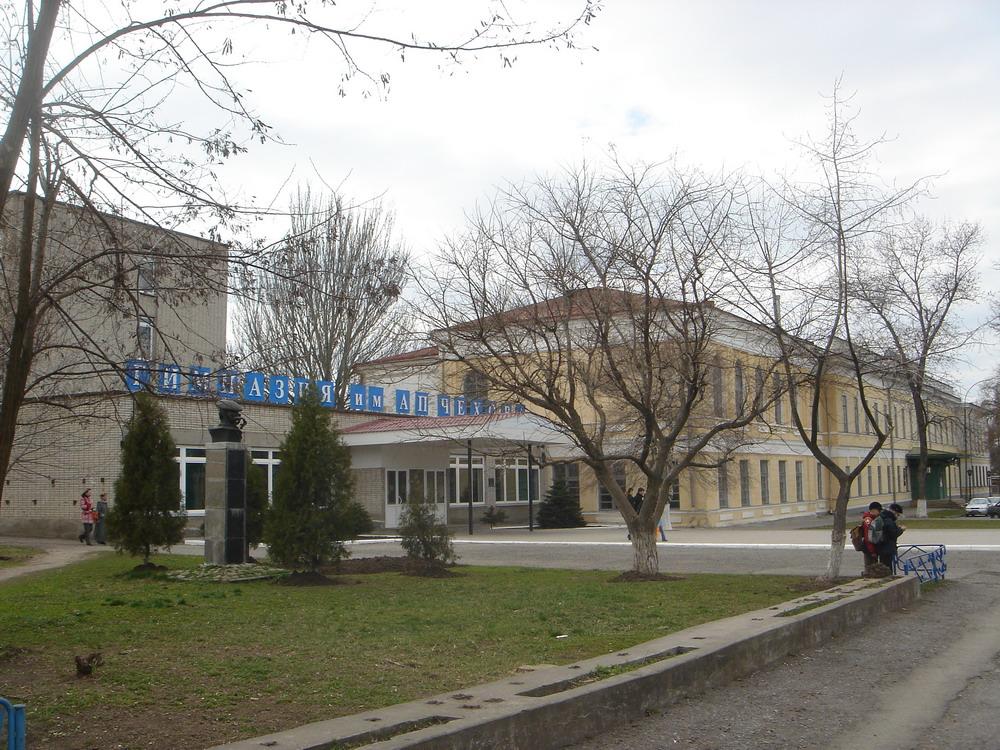 Вид на гимназию Чехова в Таганроге