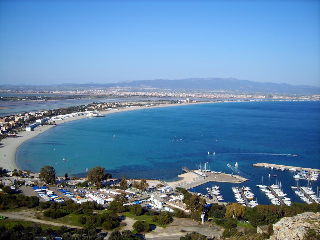 Вид на пляж Поэтто, Кальяри