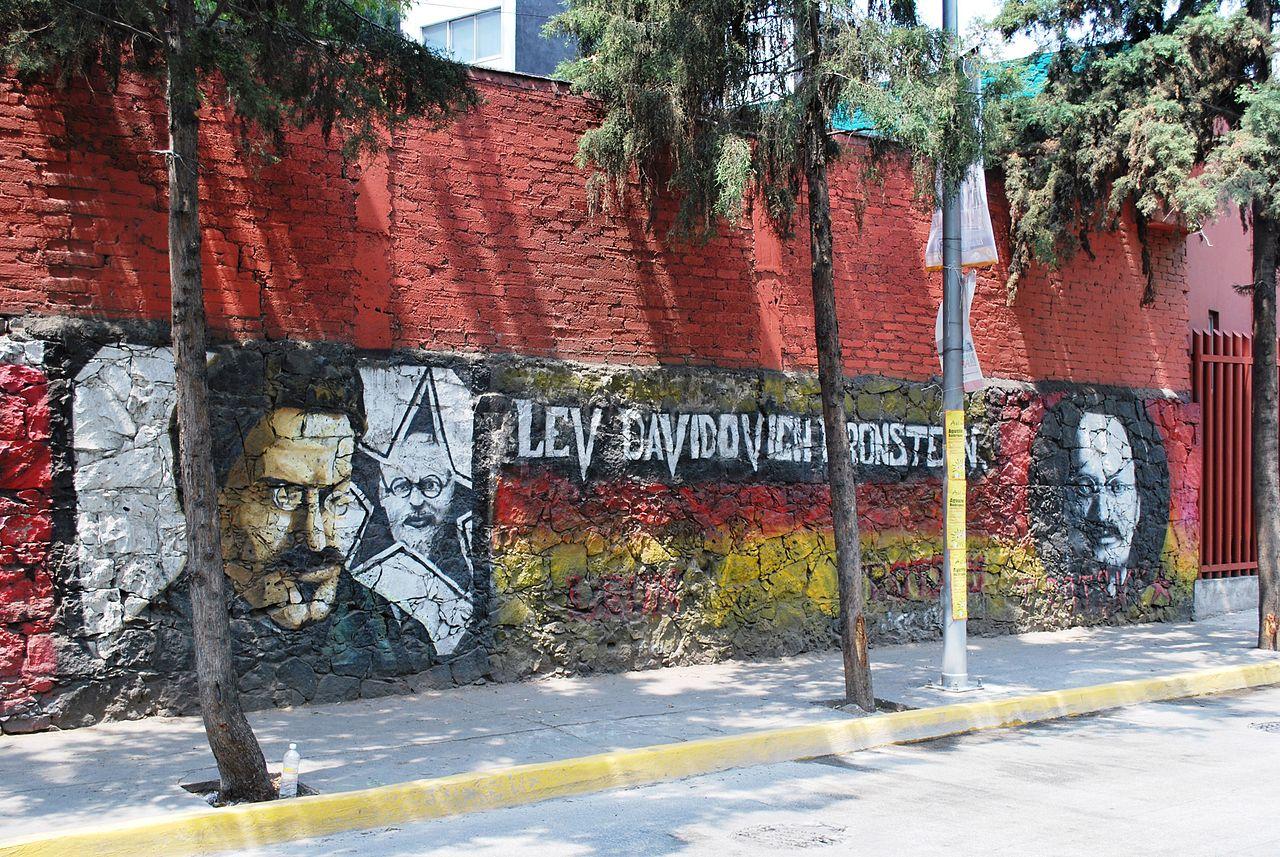 Дом Троцкого, граффити на стене музея
