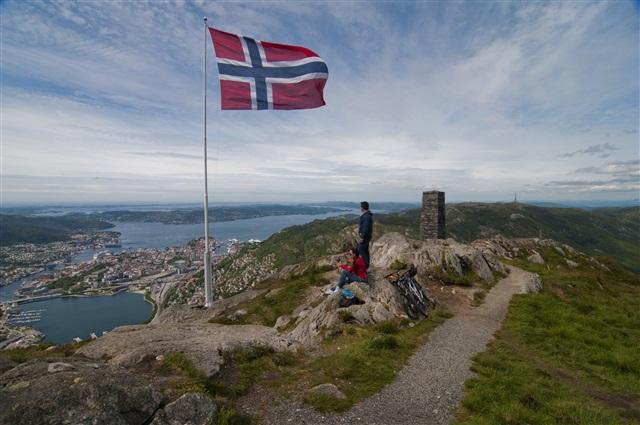 Гордо реет норвежский флаг