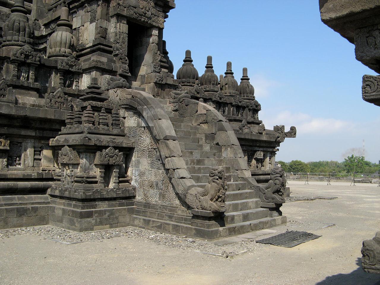 Прамбанан, лестница в храм Шивы