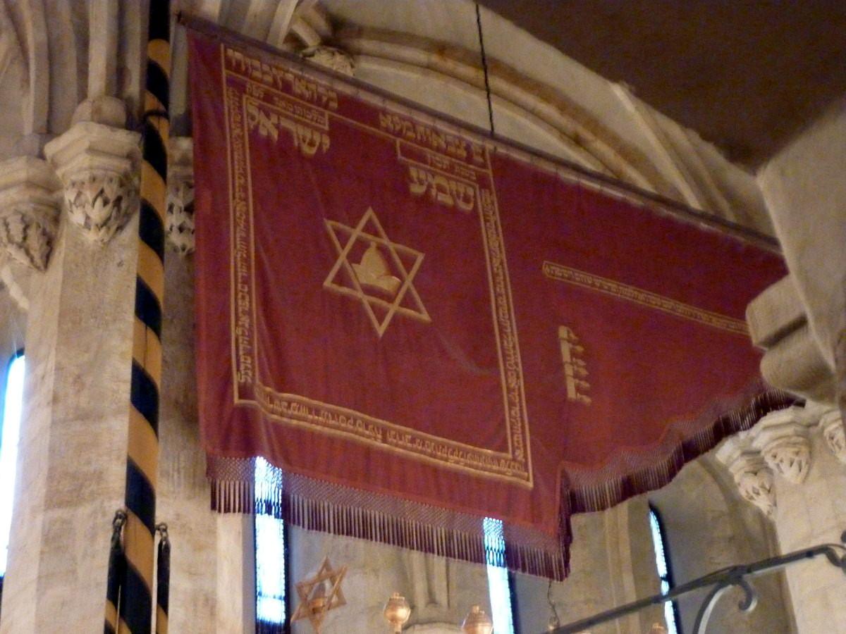 Староновая синагога, флаг на западной колонне