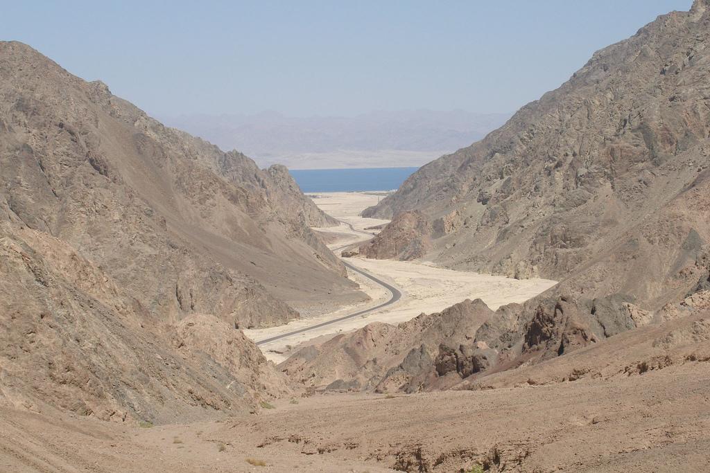 Цветной каньон, вид на дорогу и Акабский залив