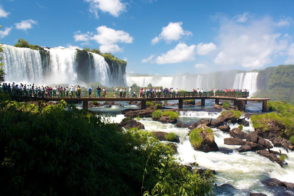 Живописный вид на водопады Игуасу