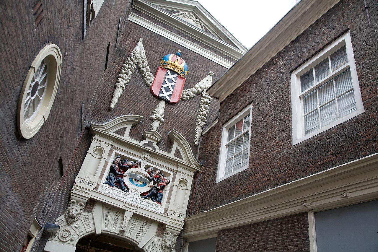 Исторический музей Амстердама, герб Амстердама над входом