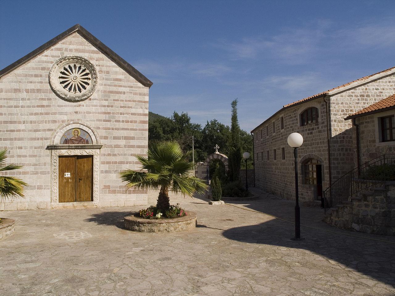 Монастырь Подмаине, двор