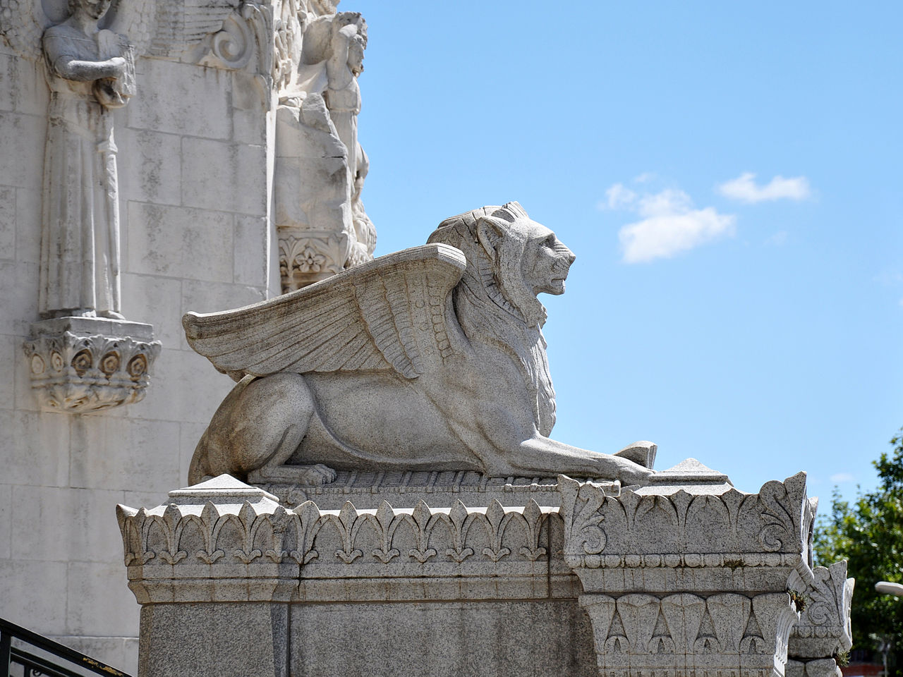 Базилика Нотр-Дам-де-Фурвьер, крылатый лев перед воротами