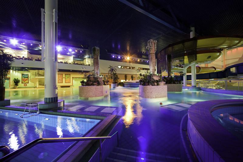 Бассейн в вечернем освещении, Аквапарк «Фламинго», Хельсинки