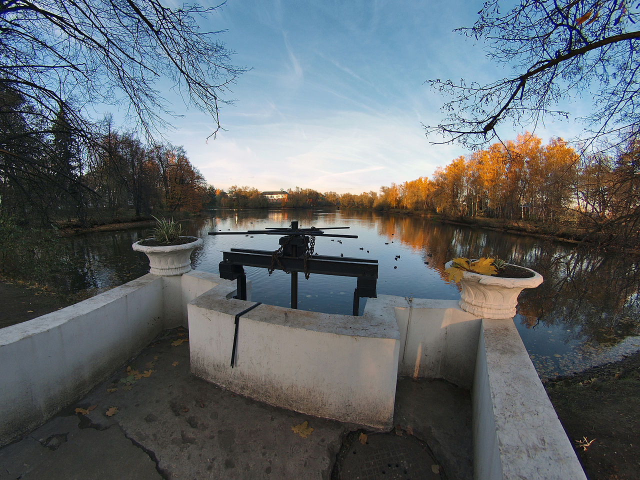Остафьево, плотина с шлюзом на реку Любучу