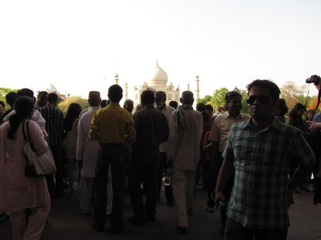 Туристы перед экскурсией в Тадж-Махал, Индия