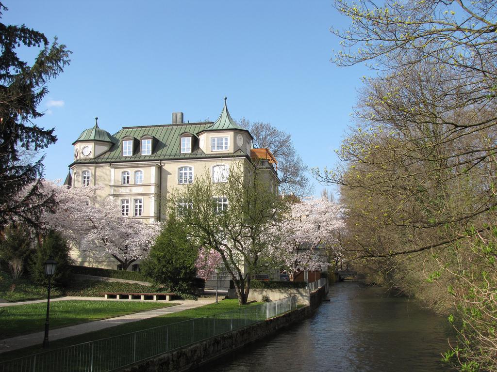 Английский сад в Мюнхене, дом у ручья