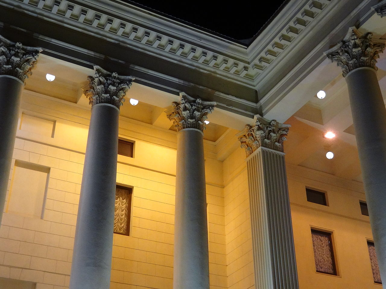 Колоннада Зимнего театра Сочи