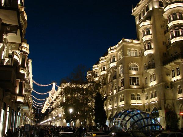 Ул. Низами (Торговая) ночью, Баку.jpg