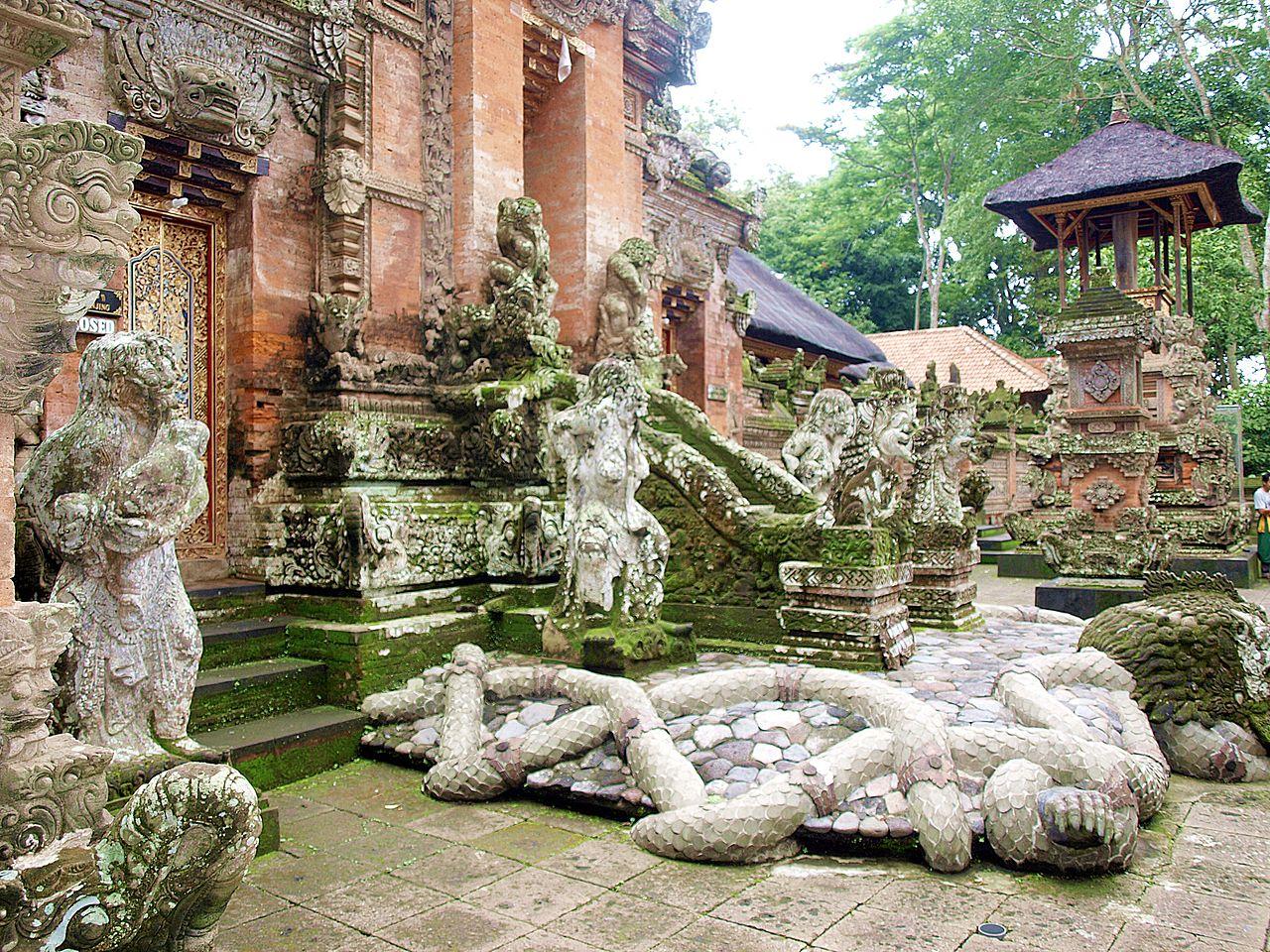 Лес обезьян, скульптуры в храме