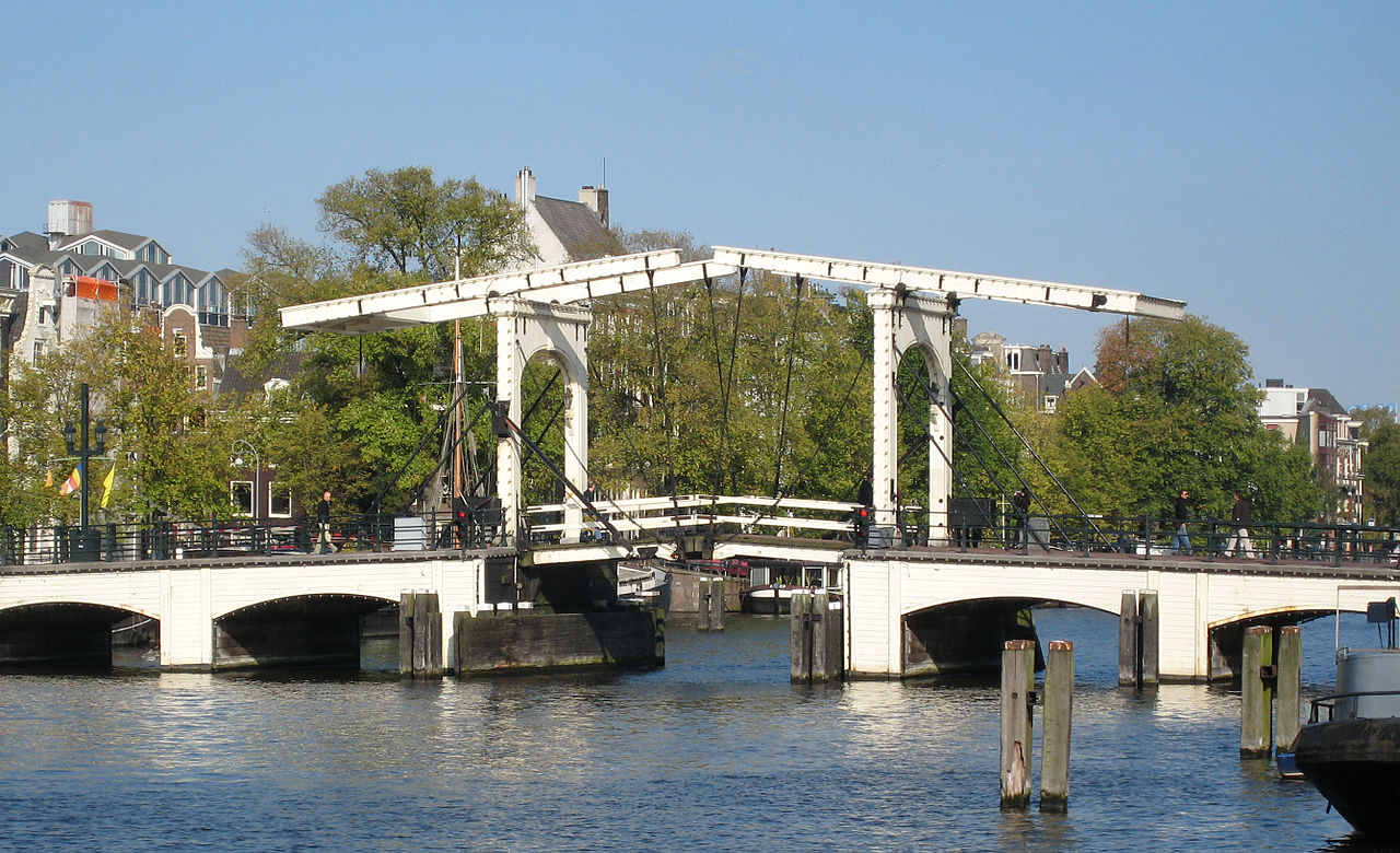 Магере-Брюг - мост через реку Амстел в центре Амстердама