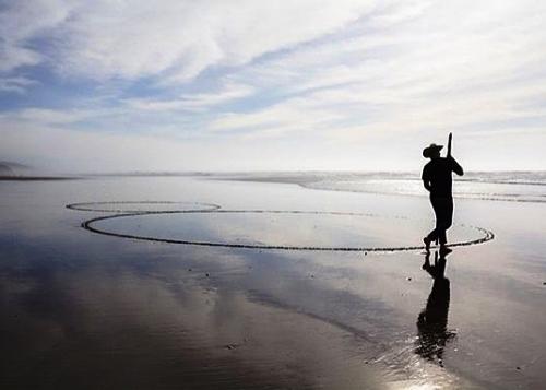 Мужчина использует пляж вместо холста M.jpg
