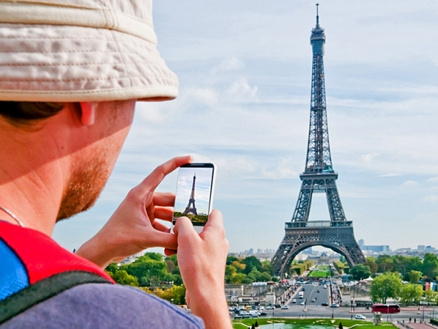 Турист со смартфоном.jpg