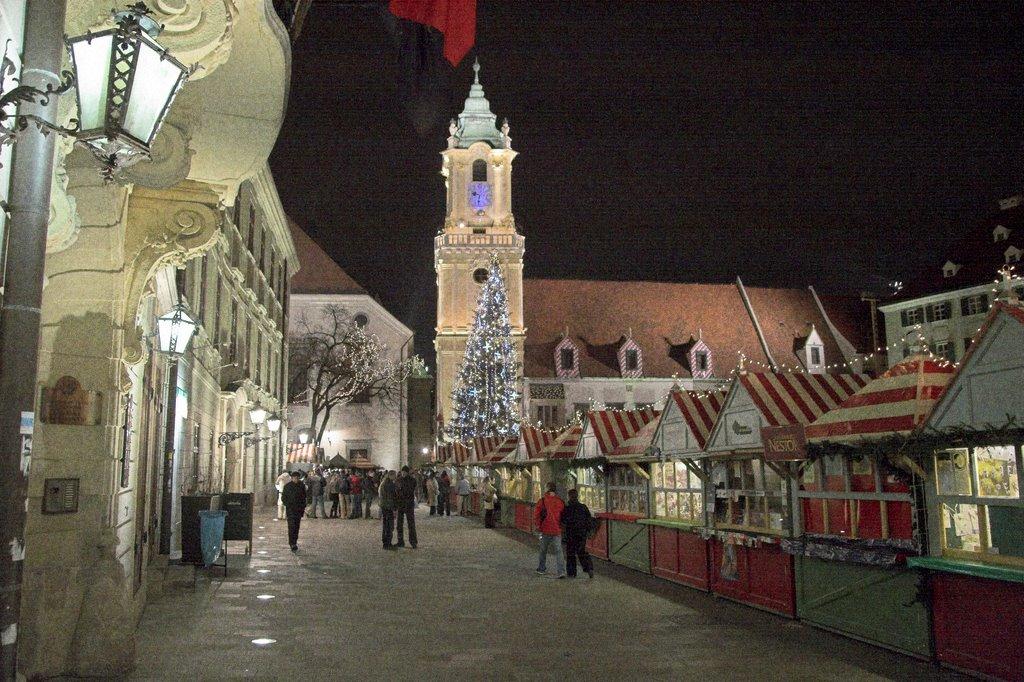 Главная площадь Братиславы, рождественский рынок