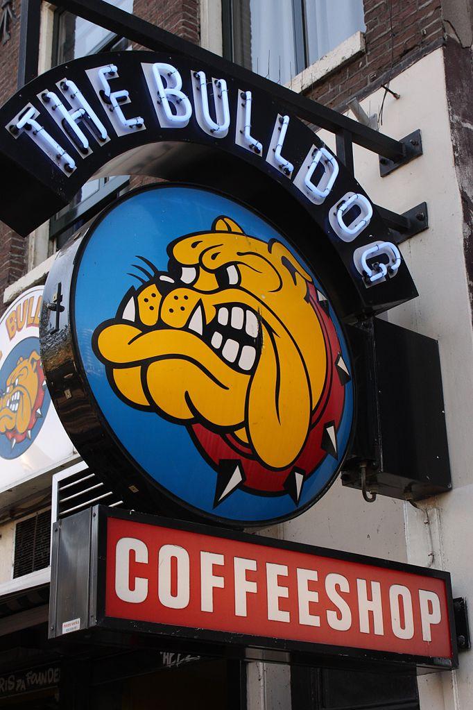 Площадь Лейдсеплейн, вывеска кофешопа Bulldog Palace.