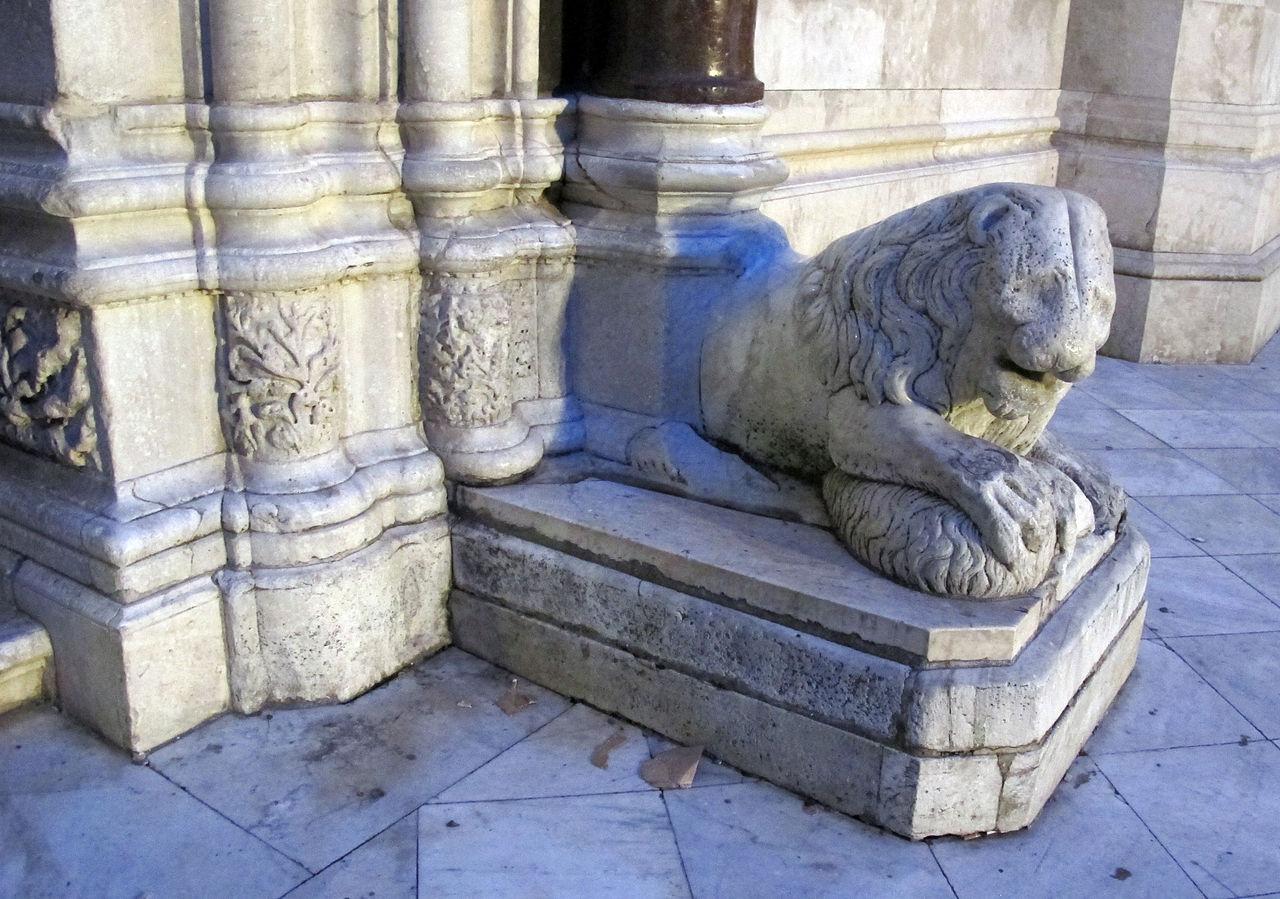 Собор Святого Януария, мраморный лев