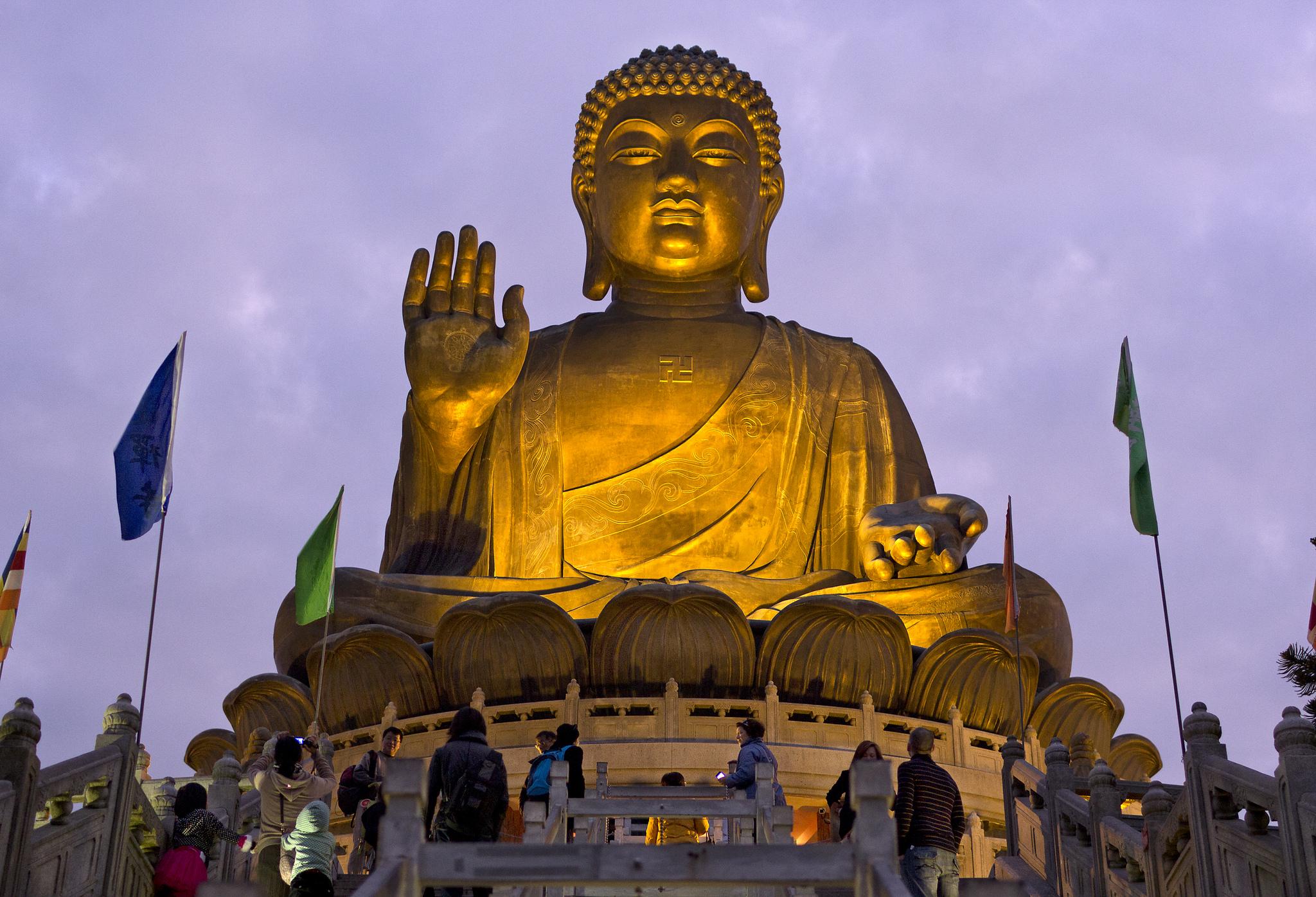 Большой Будда в вечернем освещении