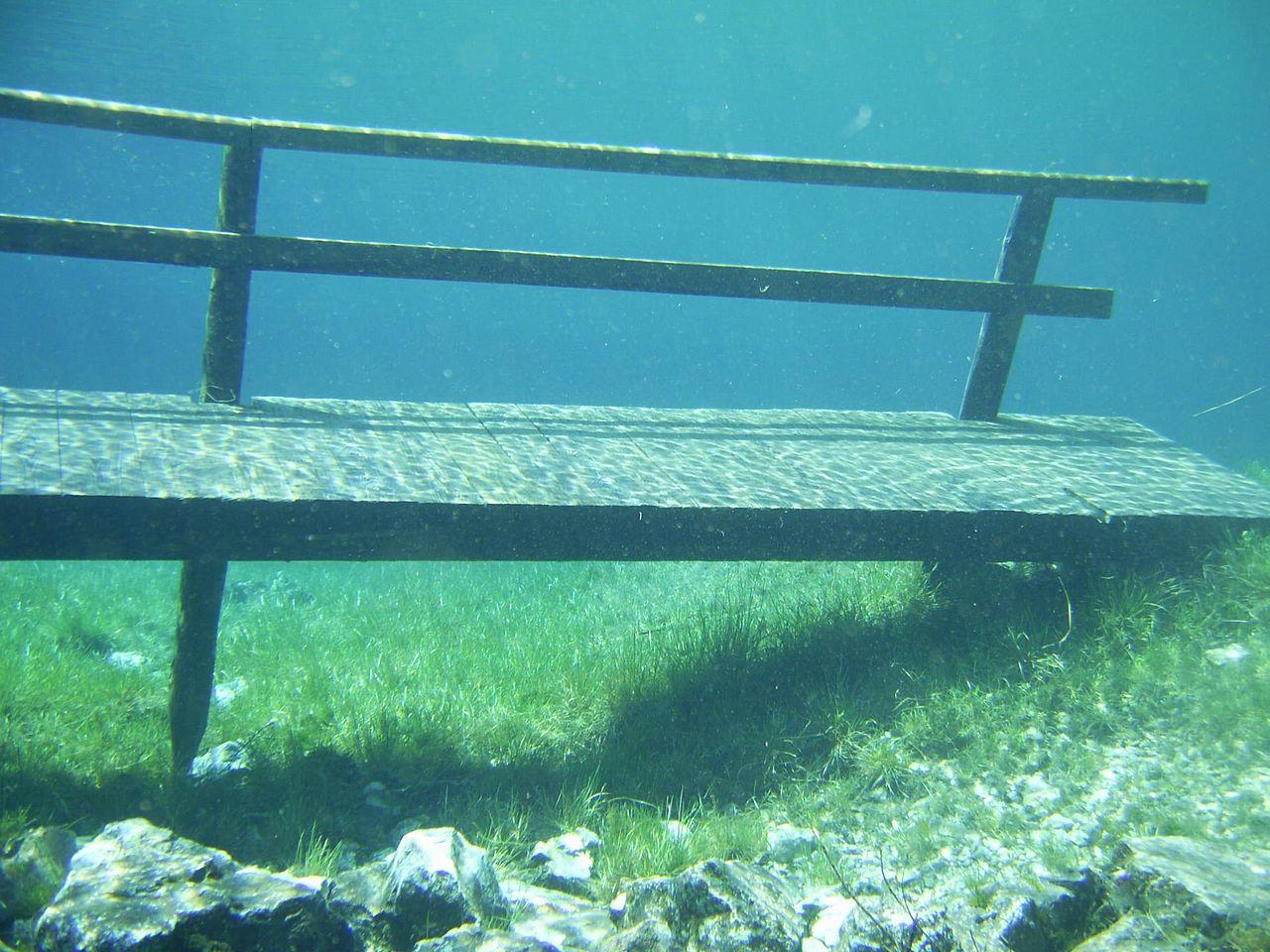 Зеленое озеро, скамейка под водой
