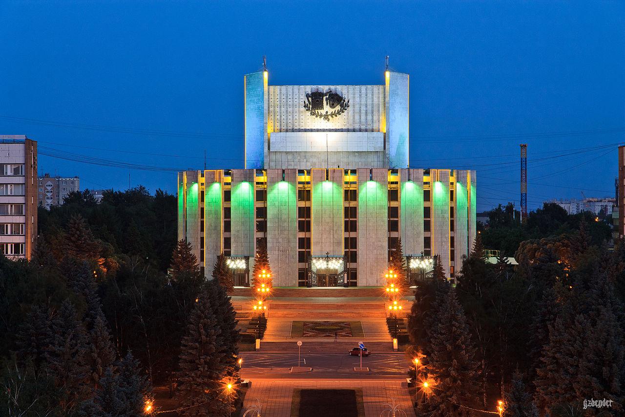 Театр драмы имени Наума Орлова в вечернем освещении