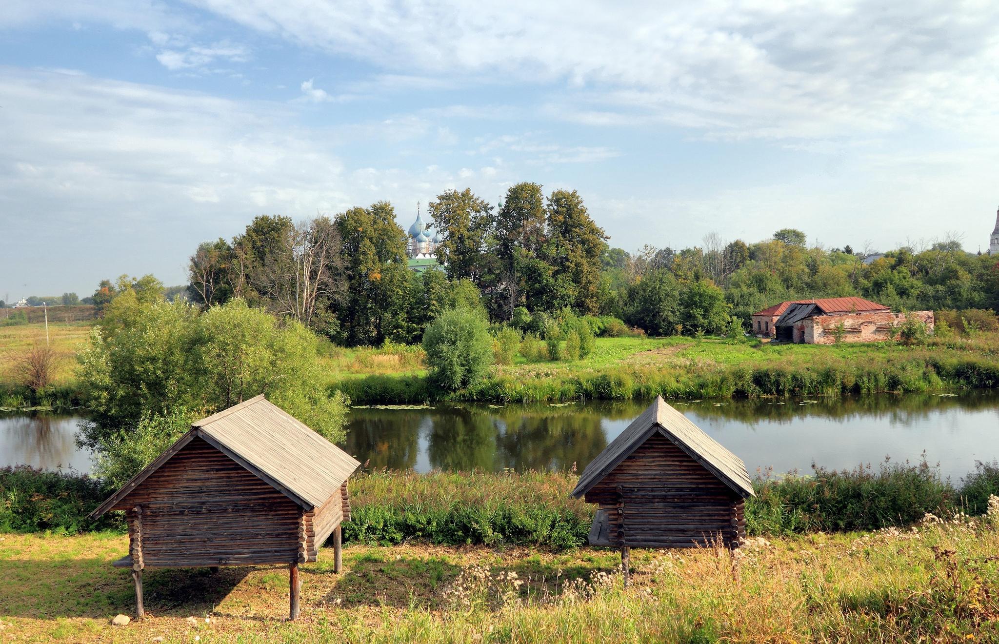 Музей деревянного зодчества в Суздале, амбары на сваях