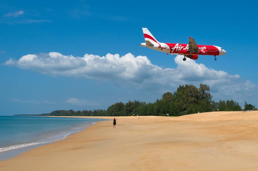 Пляж Май Кхао на северо-востоке Пхукета, Таиланд