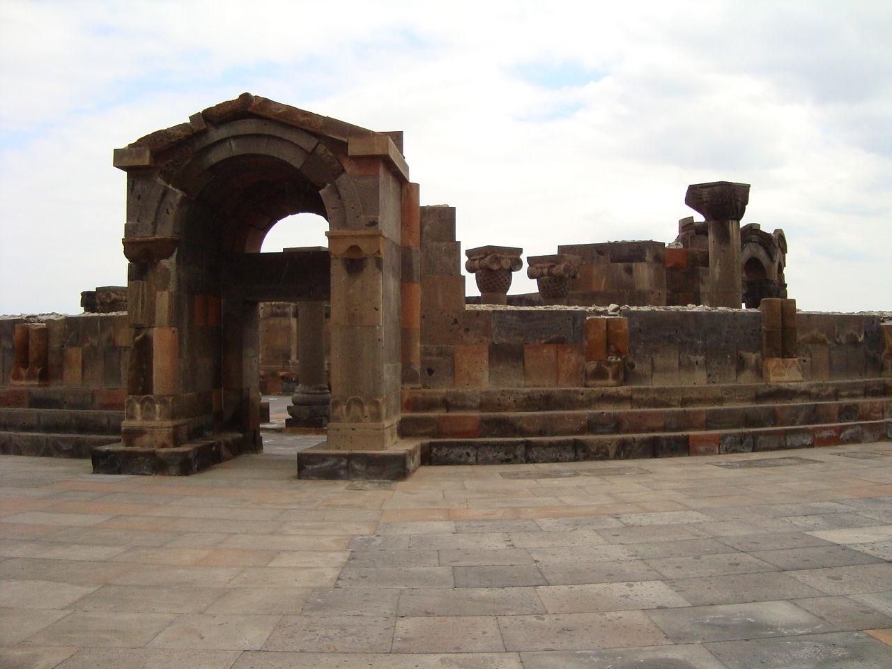Храм Звартноц, вход