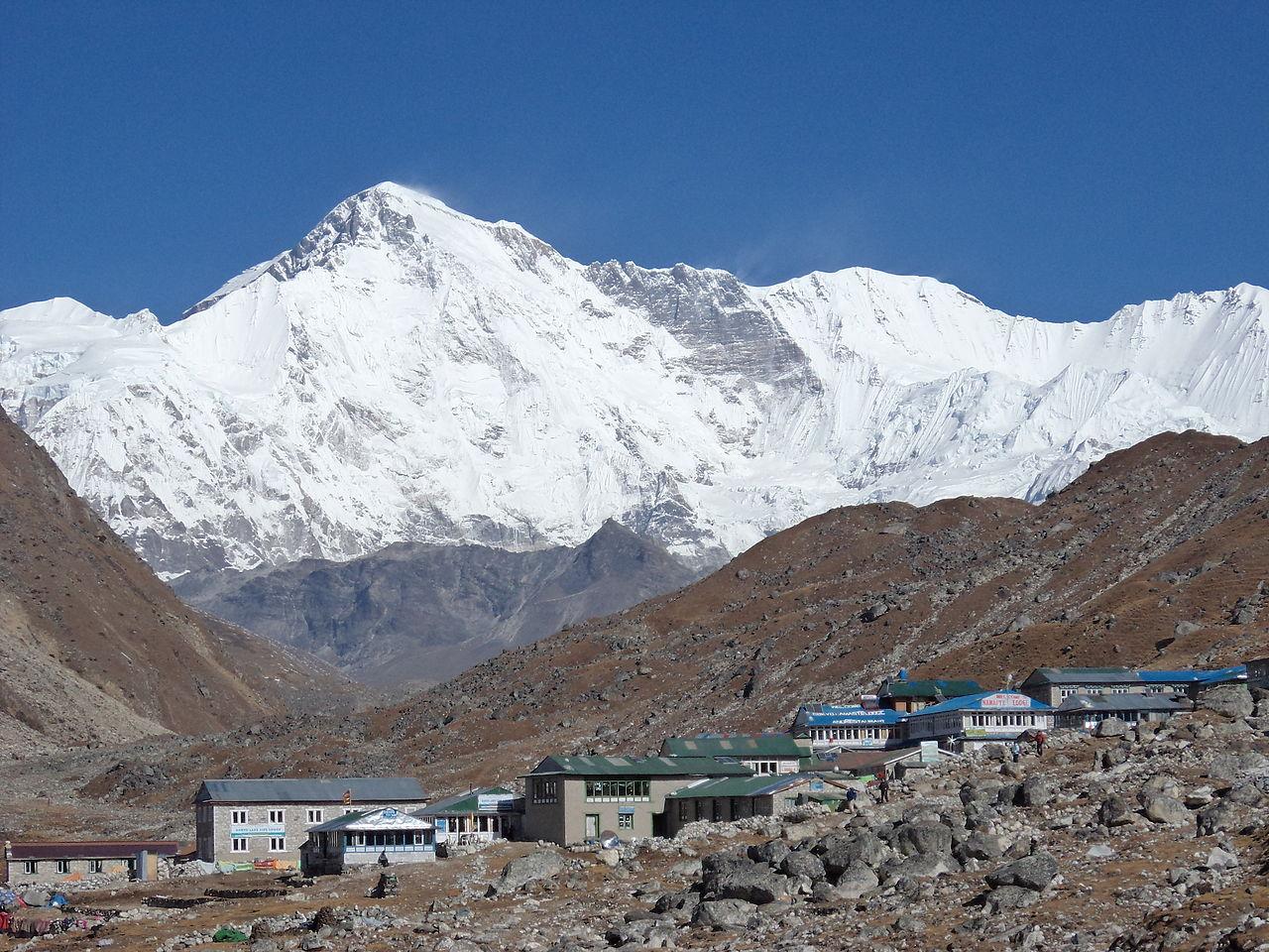 Гора Эверест, деревня у подножия