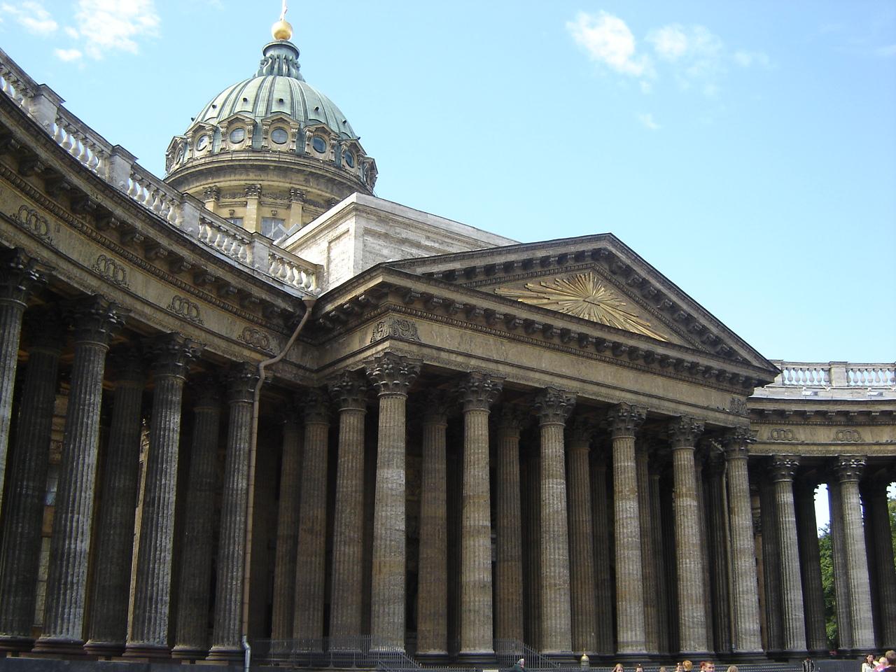 Величественные колонны Казанского собора в Петербурге
