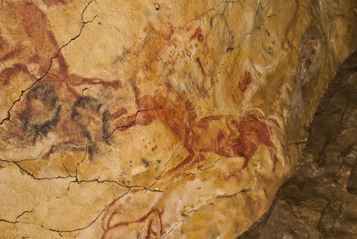 Альтамира, руки и красные лошади