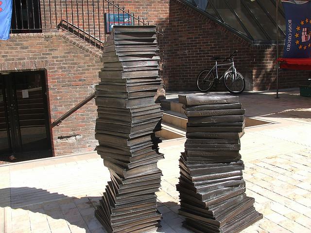 Забавный памятник для «зубрилок» на площади Bonn в Оксфорде.jpg
