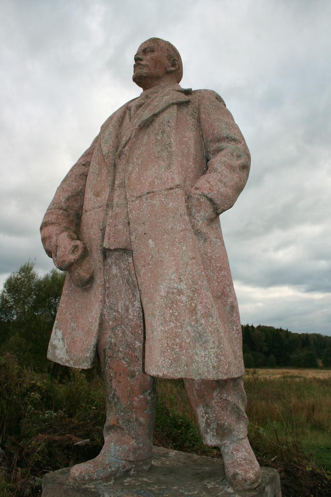 Памятник Ленину на территории Иосифо-Волоцкого монастыря, Московская область