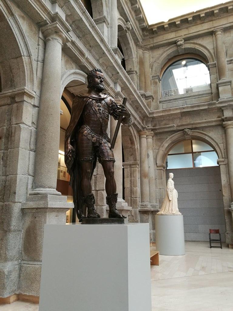 Скульптуры в музее Прадо в Мадриде