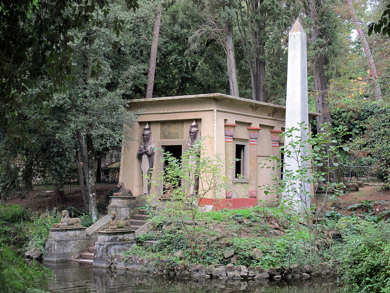 Египетский храм в парке музея Стибберта