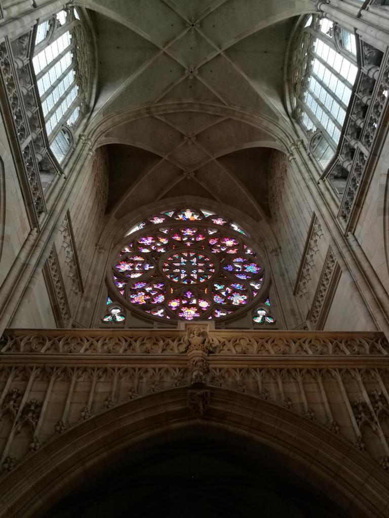 Потолок с витражным окном в Соборе Святого Вита в Праге