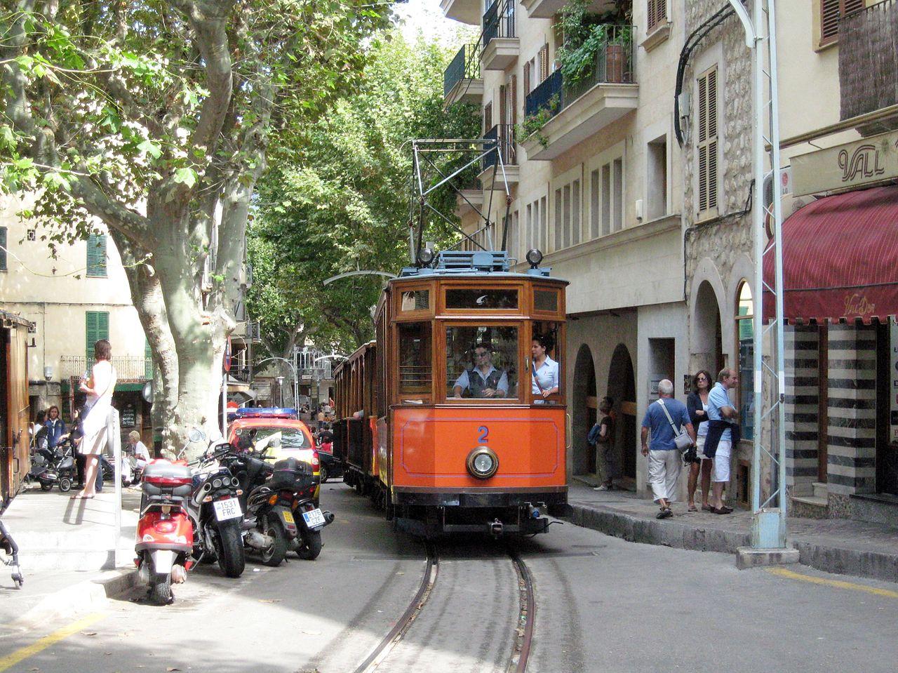 Городской трамвой в городе Сольер
