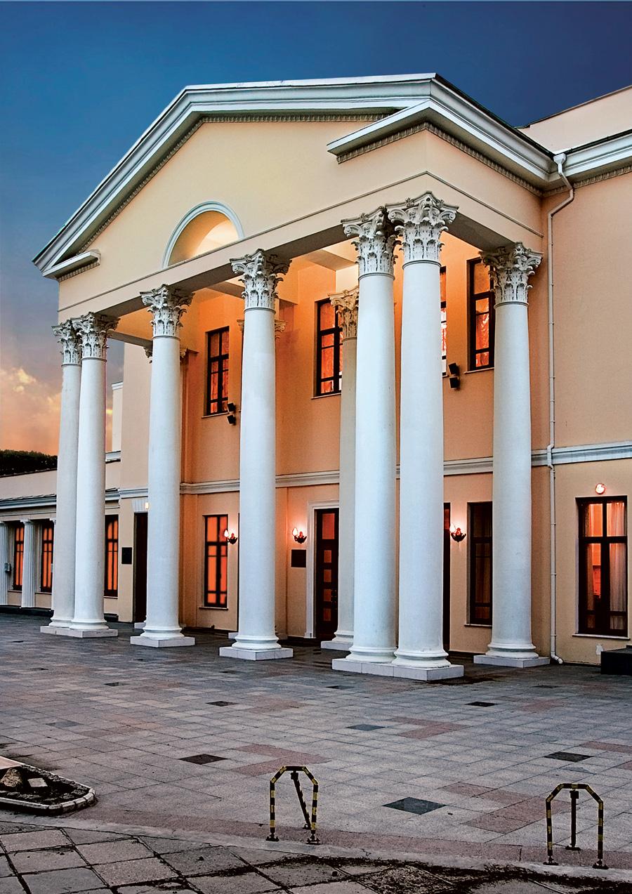 Ялтинский театр имени Чехова вечером