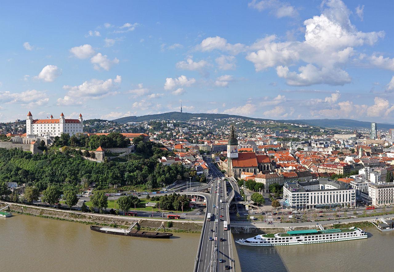 Мост СНП, вид на Братиславу со смотровой площадки