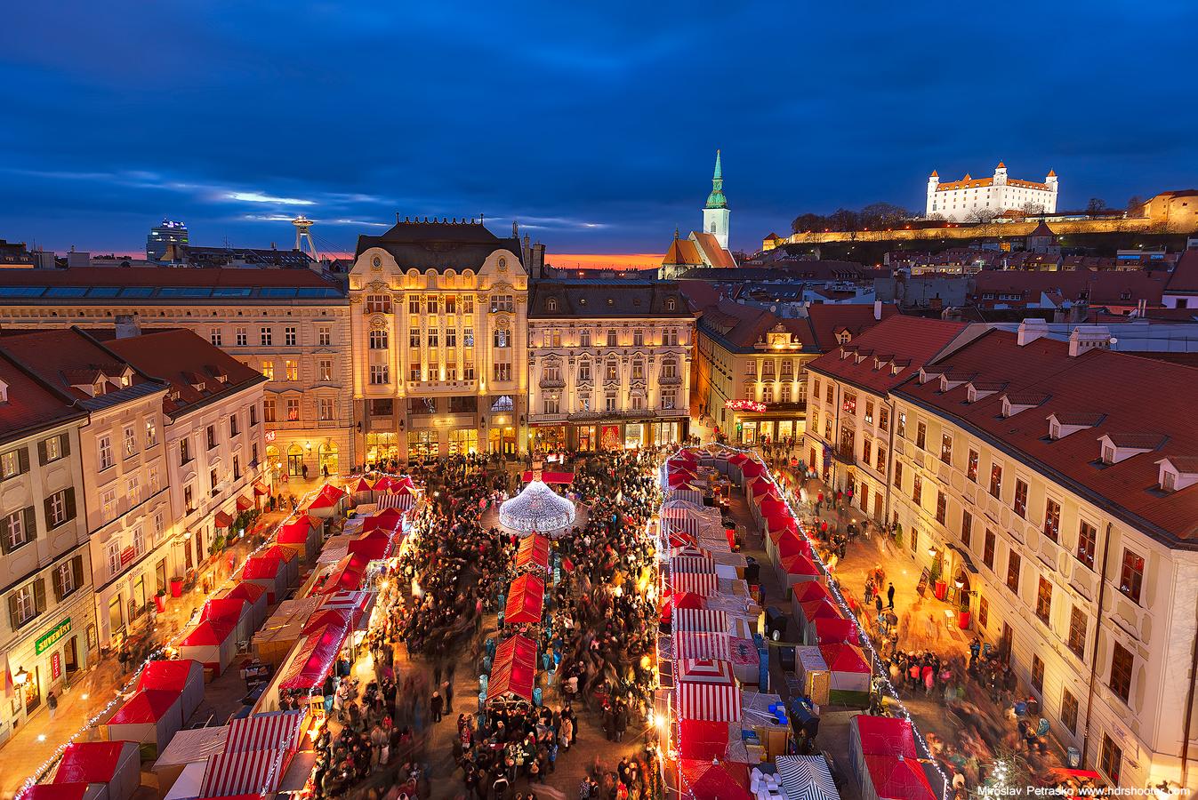 Главная площадь Братиславы, декабрьский вечер