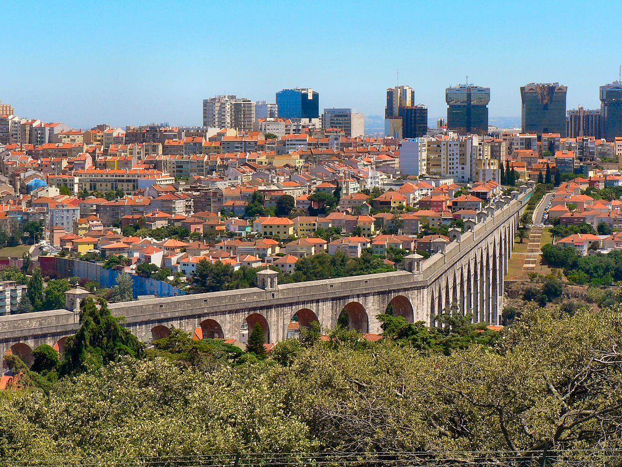 Вид на Лиссабон и акведук Агуаш-Либриш