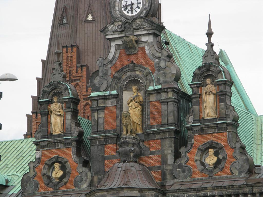 Городская Ратуша Мальме, скульптуры на фасаде