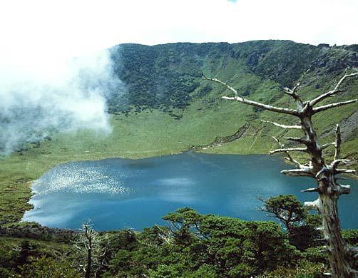 Природное озеро на остров Чечжудо.jpg